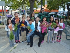 Panorama City physician Carlos Mendez, MD, led a walking field trip with third-grade students, parents and staff from Ranchito Elementary school Nov. 19.